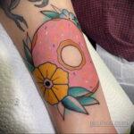 Фото татуировки с пончиком 22.11.2020 №188 -donut tattoo- tatufoto.com