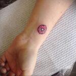 Фото татуировки с пончиком 22.11.2020 №226 -donut tattoo- tatufoto.com