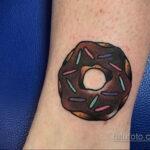 Фото татуировки с пончиком 22.11.2020 №227 -donut tattoo- tatufoto.com