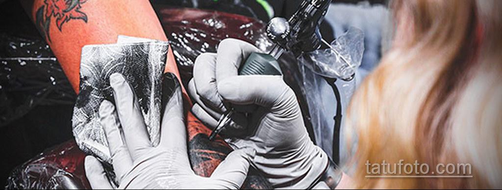 Фото тату мастер в работе 16.11.2020 №001 -tattoo artist at work- tatufoto.com