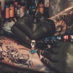 Фото тату мастер в работе 16.11.2020 №016 -tattoo artist at work- tatufoto.com