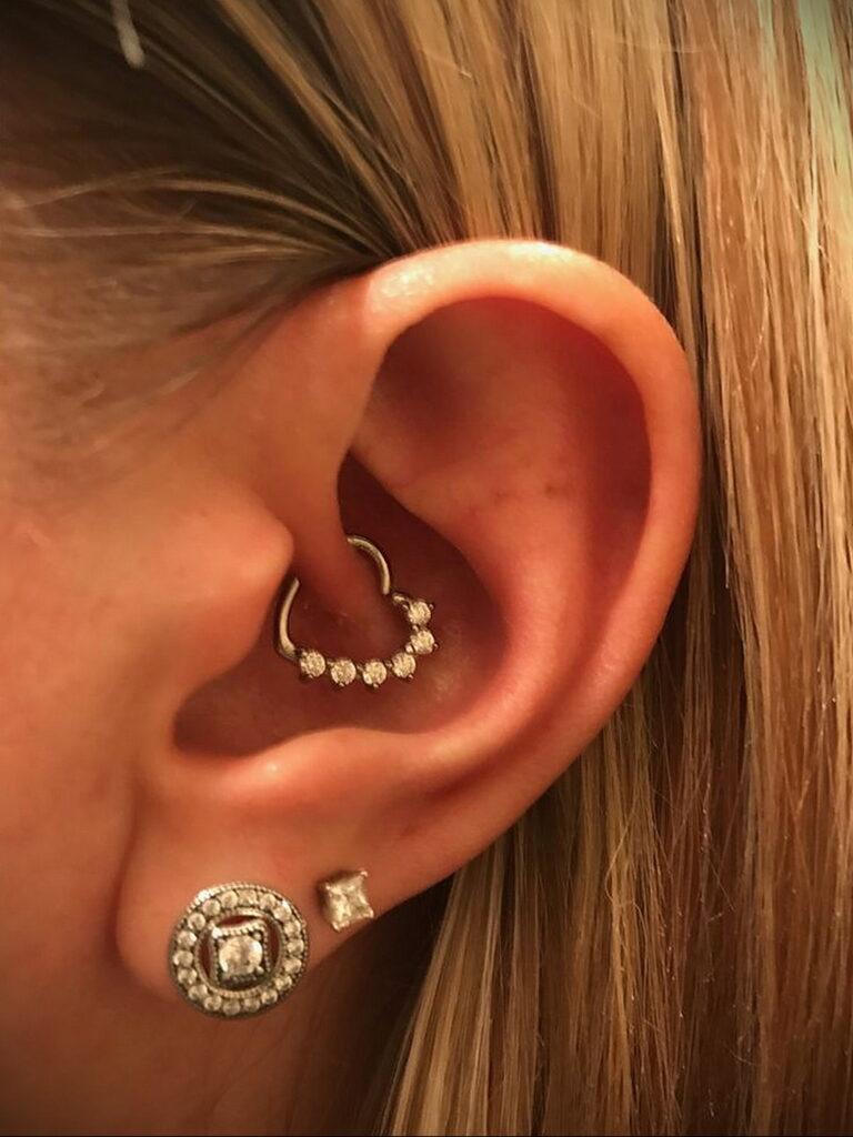 Фото Хрящевой пирсинг 29.01.2021 №0039 - Cartilage piercing - tatufoto.com
