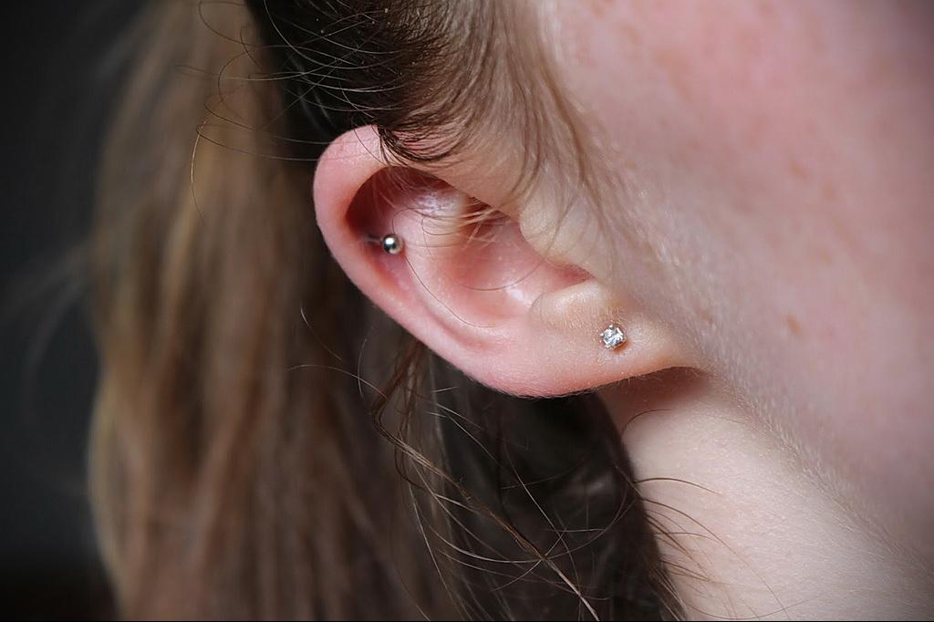 Фото Хрящевой пирсинг 29.01.2021 №0436 - Cartilage piercing - tatufoto.com