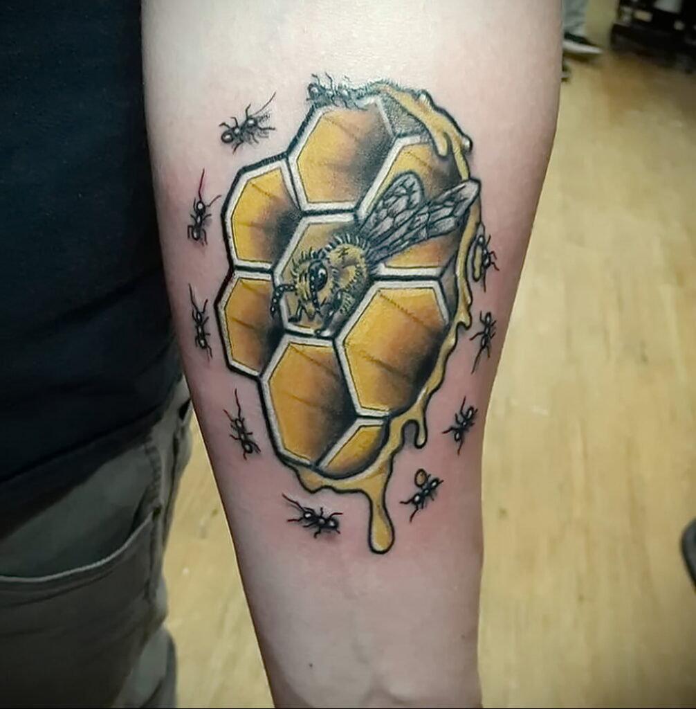 Фото пример рисунка татуировки с муравьем 21.03.2021 №051 - ant tattoo - tatufoto.com