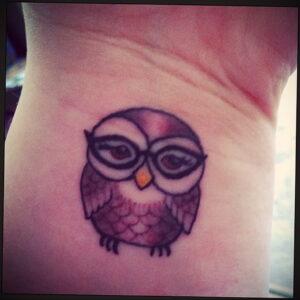 маленькая тату с совой на фото 15.02.2021 №0012 - little owl tattoo- tatufoto.com