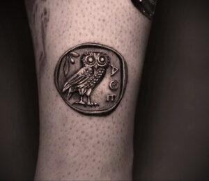 маленькая тату с совой на фото 15.02.2021 №0032 - little owl tattoo- tatufoto.com