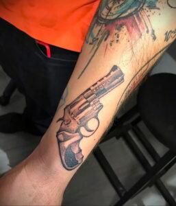 пример рисунка тату револьвер на фото 16.02.2021 №0054 - tattoo revolver - tatufoto.com