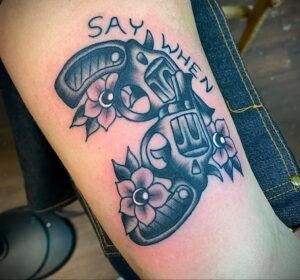 пример рисунка тату револьвер на фото 16.02.2021 №0070 - tattoo revolver - tatufoto.com