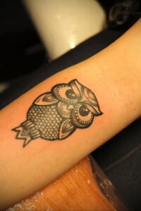 пример рисунка тату сова на руке 15.02.2021 №0016 - owl tattoo on arm - tatufoto.com