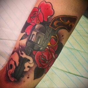 тату револьвер на ноге 16.02.2021 №0018 - revolver tattoo on leg - tatufoto.com