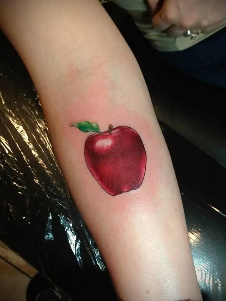 Пример женской тату с яблоком 03.03.2021 №016 - girl with apple tattoo - tatufoto.com