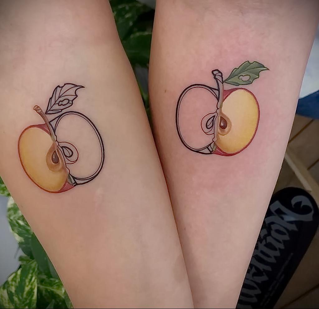 Фото пример рисунка татуировки с яблоком 03.03.2021 №006 - apple tattoo - tatufoto.com