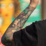 Рукав тату в стиле олд-скул – цветной на левой руке девушки с портретом девушки и надписями – Фото Уличная тату (street tattoo) № 13 – 27.06.2021 4