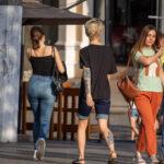 Рукав тату в стиле олд-скул – цветной на левой руке девушки с портретом девушки и надписями – Фото Уличная тату (street tattoo) № 13 – 27.06.2021 8