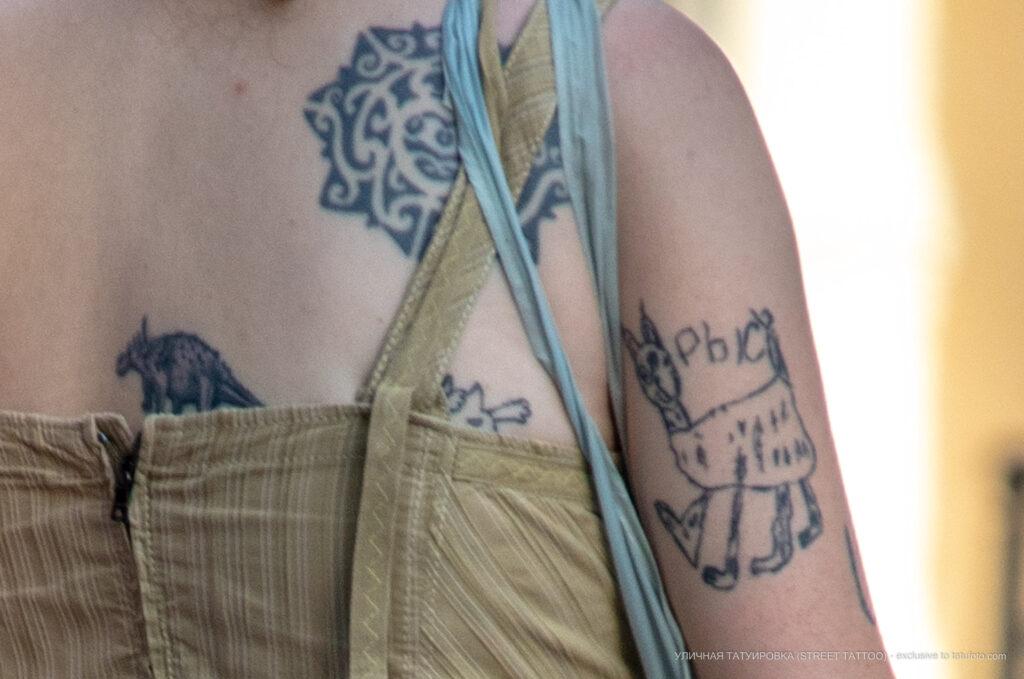 Смешная хендпоук тату (карявая тату) с рысью у девушки – Фото Уличная тату (street tattoo) № 13 – 27.06.2021 2