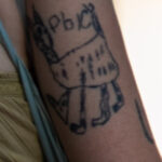 Смешная хендпоук тату (карявая тату) с рысью у девушки – Фото Уличная тату (street tattoo) № 13 – 27.06.2021 4