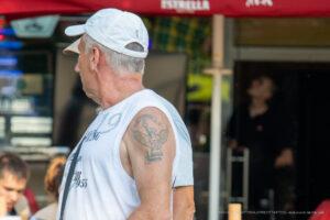 Старая армейская тату с факелом, надписью и птицей на левом плече пожилого мужчины – Фото Уличная тату (street tattoo) № 13 – 27.06.2021 2