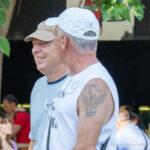 Старая армейская тату с факелом, надписью и птицей на левом плече пожилого мужчины – Фото Уличная тату (street tattoo) № 13 – 27.06.2021 6