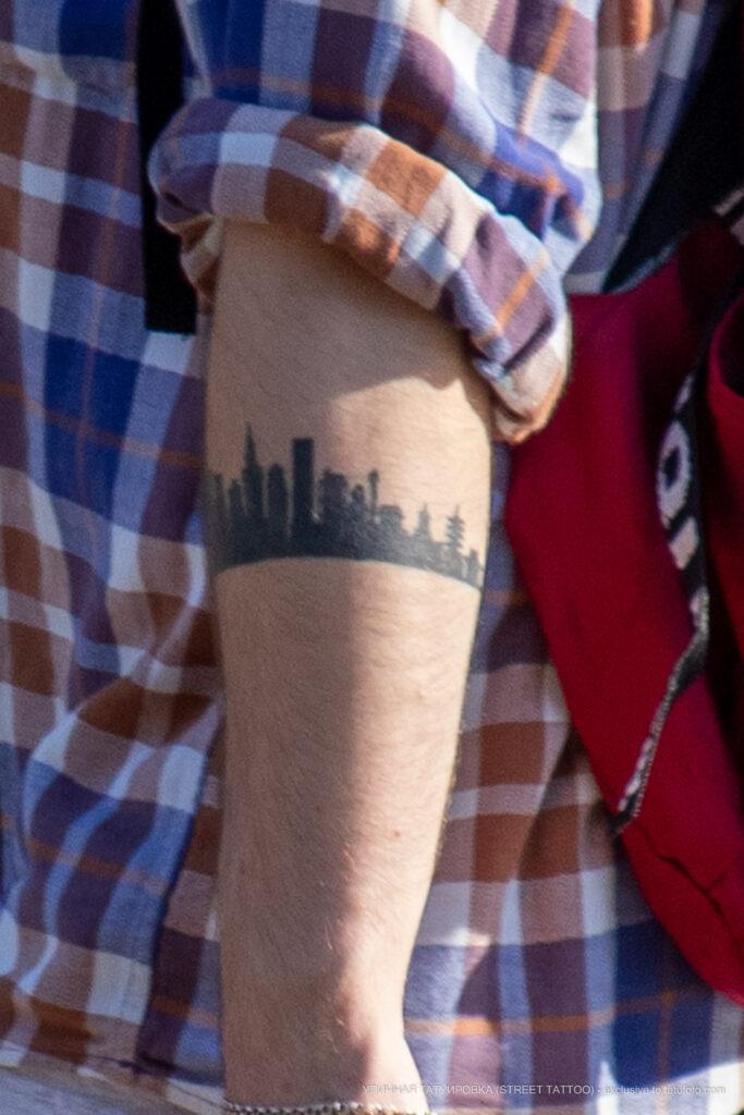 Тату браслет на руке парня с силуэтом города и домов – Фото Уличная тату (street tattoo) № 13 – 27.06.2021 2