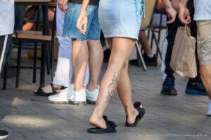 Тату волк на правой ноге девушки – Фото Уличная тату (street tattoo) № 13 – 27.06.2021 4