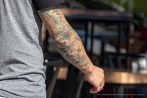 Тату глаз девушки и часы в рукаве на руке правой у парня – Фото Уличная тату (street tattoo) № 13 – 27.06.2021 5
