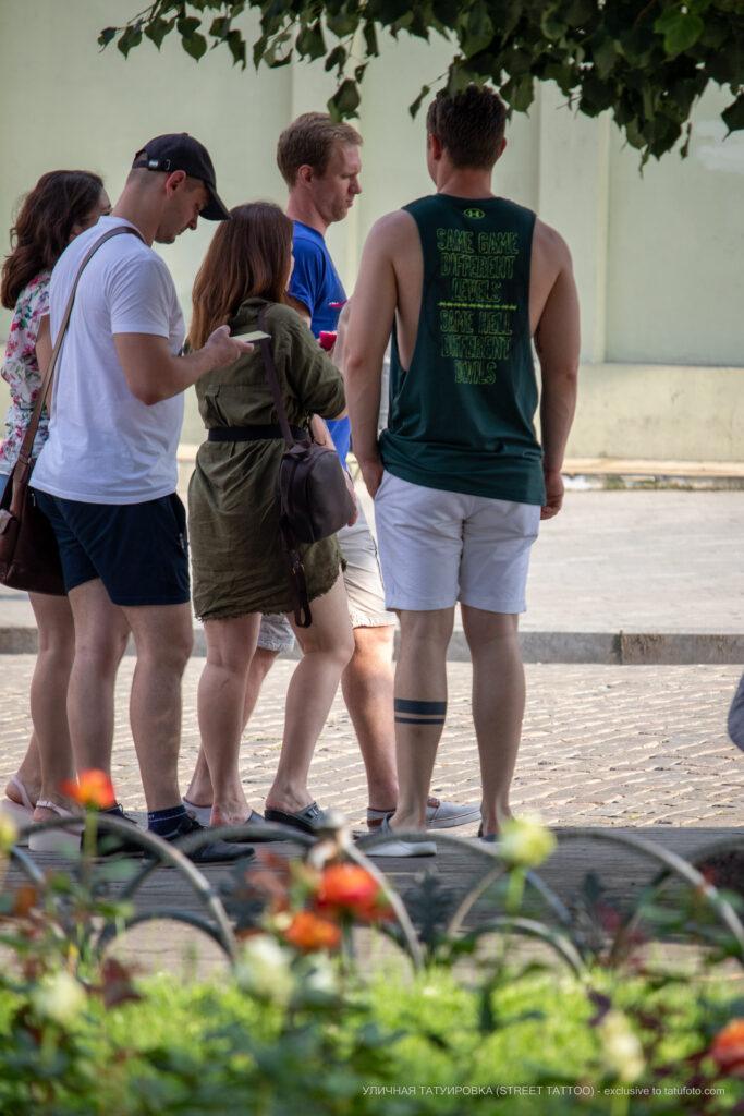 Тату две полосы браслетом внизу левой ноги парня – Фото Уличная тату (street tattoo) № 13 – 27.06.2021 3