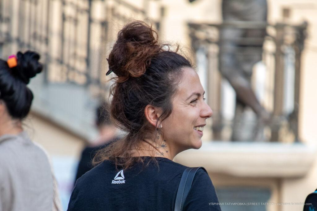 Тату звездочки на шее у девушки – Фото Уличная тату (street tattoo) № 13 – 27.06.2021 2