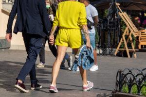 Тату знак бесконечности из пера и цветов на правой руке девушки – Фото Уличная тату (street tattoo) № 13 – 27.06.2021 3
