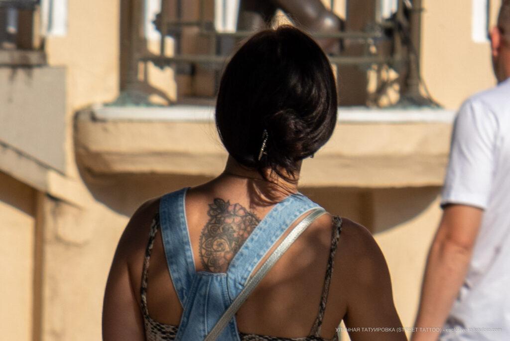 Тату круг с цветами и узорами на спине девушки – Фото Уличная тату (street tattoo) № 13 – 27.06.2021 3