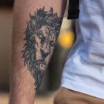 Тату морда льва на правой руке у парня – Фото Уличная тату (street tattoo) № 13 – 27.06.2021 3