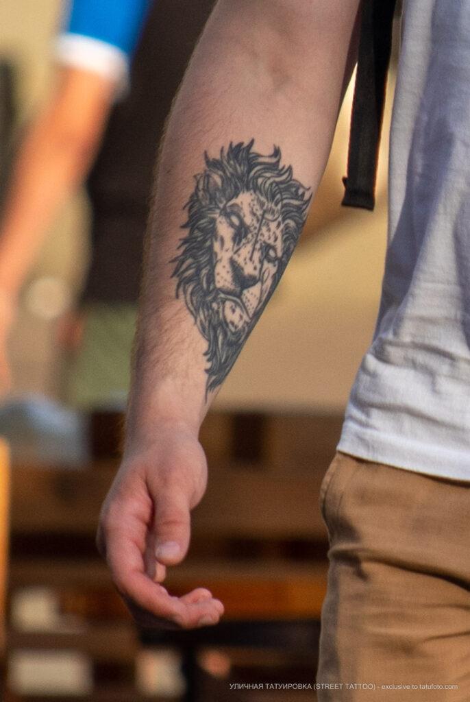 Тату морда льва на правой руке у парня – Фото Уличная тату (street tattoo) № 13 – 27.06.2021 8
