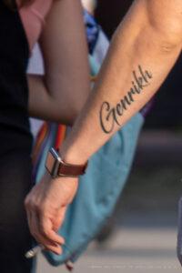 Тату надпись ГЕНРИХ на левой руке парня – Фото Уличная тату (street tattoo) № 13 – 27.06.2021 2