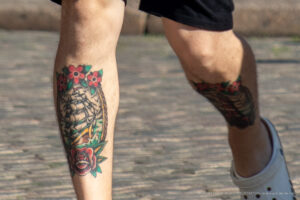 Тату парусник и маяк на голени у парня – Фото Уличная тату (street tattoo) № 13 – 27.06.2021 3