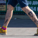Тату портрет девушки и надпись ЩО ТАМ на ноге у парня – Фото Уличная тату (street tattoo) № 13 – 27.06.2021 3