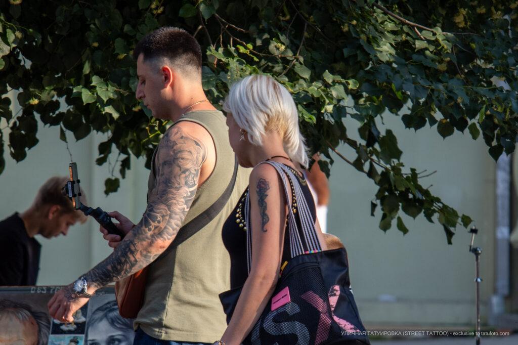 Тату роза и змея на плече девушки – Фото Уличная тату (street tattoo) № 13 – 27.06.2021 1