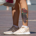 Тату сиреневые и красные розы внизу левой ноги девушки – Фото Уличная тату (street tattoo) № 13 – 27.06.2021 1
