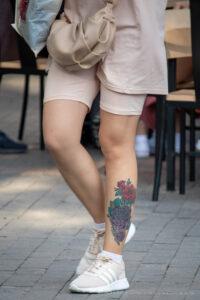 Тату сиреневые и красные розы внизу левой ноги девушки – Фото Уличная тату (street tattoo) № 13 – 27.06.2021 12
