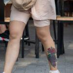 Тату сиреневые и красные розы внизу левой ноги девушки – Фото Уличная тату (street tattoo) № 13 – 27.06.2021 13