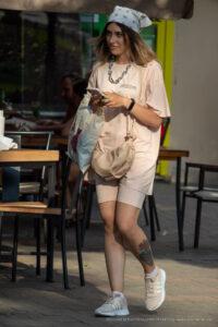 Тату сиреневые и красные розы внизу левой ноги девушки – Фото Уличная тату (street tattoo) № 13 – 27.06.2021 8