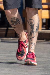 Тату скелет и тоннель с рельсами на ногах парня – Фото Уличная тату (street tattoo) № 13 – 27.06.2021 2