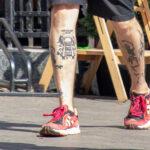 Тату скелет и тоннель с рельсами на ногах парня – Фото Уличная тату (street tattoo) № 13 – 27.06.2021 4