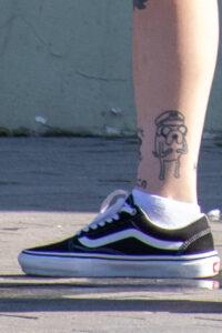 Тату смешной пес в фуражке внизу ноги девушки – Фото Уличная тату (street tattoo) № 13 – 27.06.2021 2