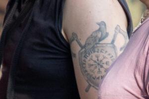Тату с вороном, щитом и топорами с рунами на плече парня – Фото Уличная тату (street tattoo) № 13 – 27.06.2021 1