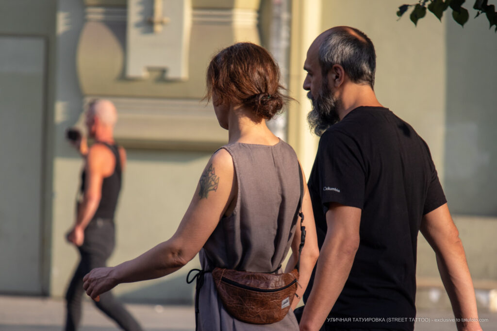 Тату с грибами на левом плече женщины – Фото Уличная тату (street tattoo) № 13 – 27.06.2021 2