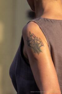 Тату с грибами на левом плече женщины – Фото Уличная тату (street tattoo) № 13 – 27.06.2021 3