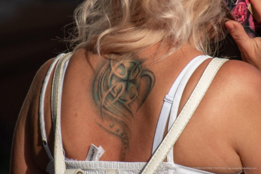Тату с крестом и узорами на спине между лопаток девушки – Фото Уличная тату (street tattoo) № 13 – 27.06.2021 3