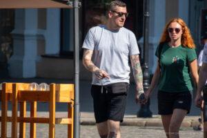 Тату с розой, бриллиантом, кроликом и девушкой на руке у парня – Фото Уличная тату (street tattoo) № 13 – 27.06.2021 4