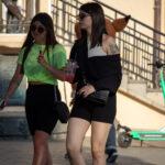 Тату с цветами на левом плече девушки – Фото Уличная тату (street tattoo) № 13 – 27.06.2021 1