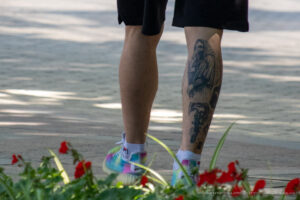 Тату топор, граммофон и чумной доктор на ноге парня – Фото Уличная тату (street tattoo) № 13 – 27.06.2021 12