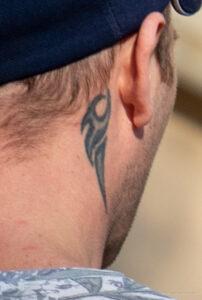 Тату трайбл узор на шее за правым ухом парня – Фото Уличная тату (street tattoo) № 13 – 27.06.2021 3